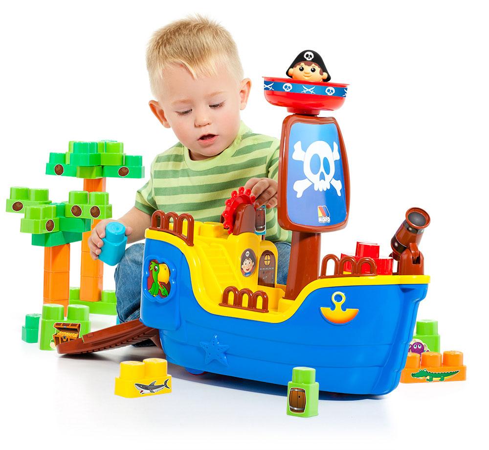 Fotografia de producto niño jugando con barco pirata